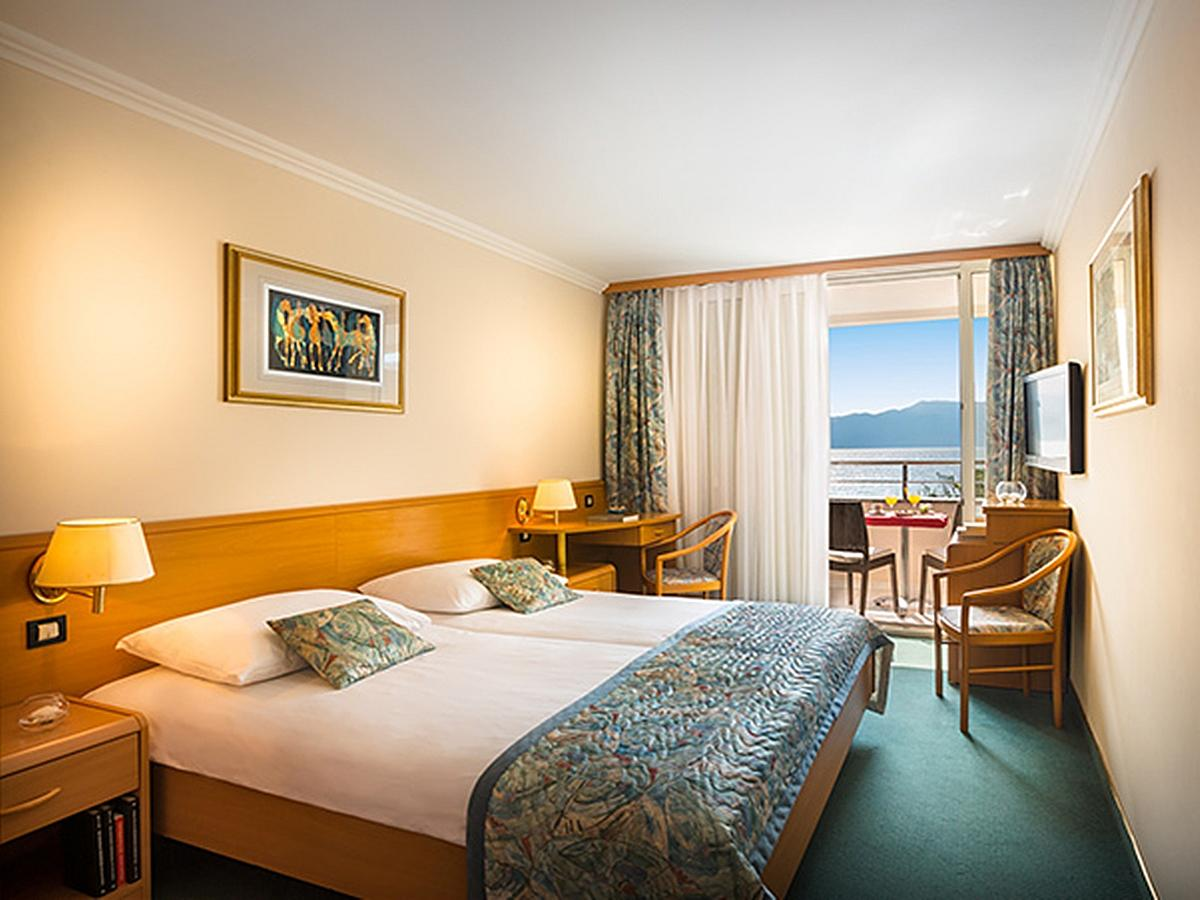 Double room superior sea view with balcony and half board