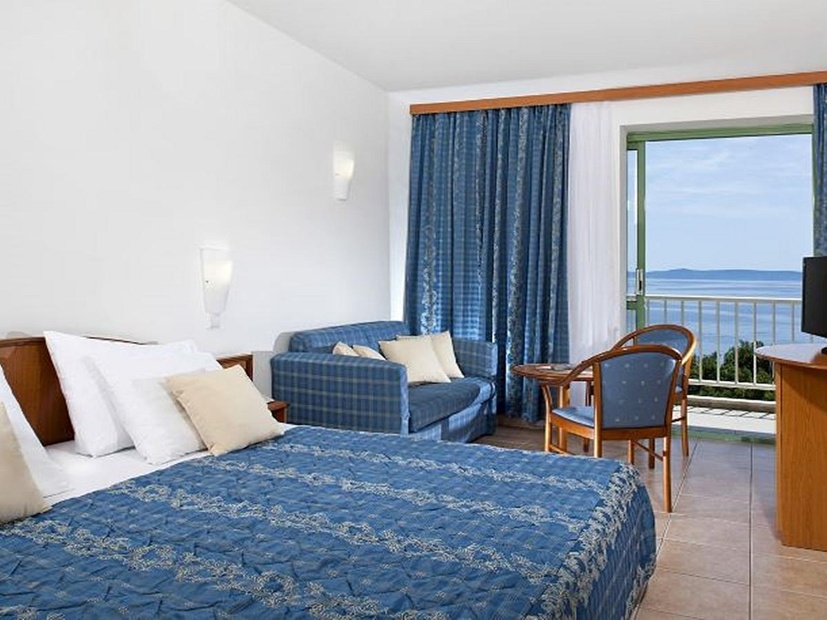 Double room with help bed, sea side superior, HB