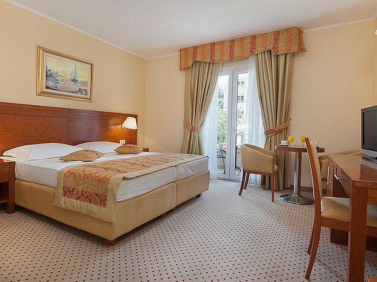Double room, sea view, single use with half board