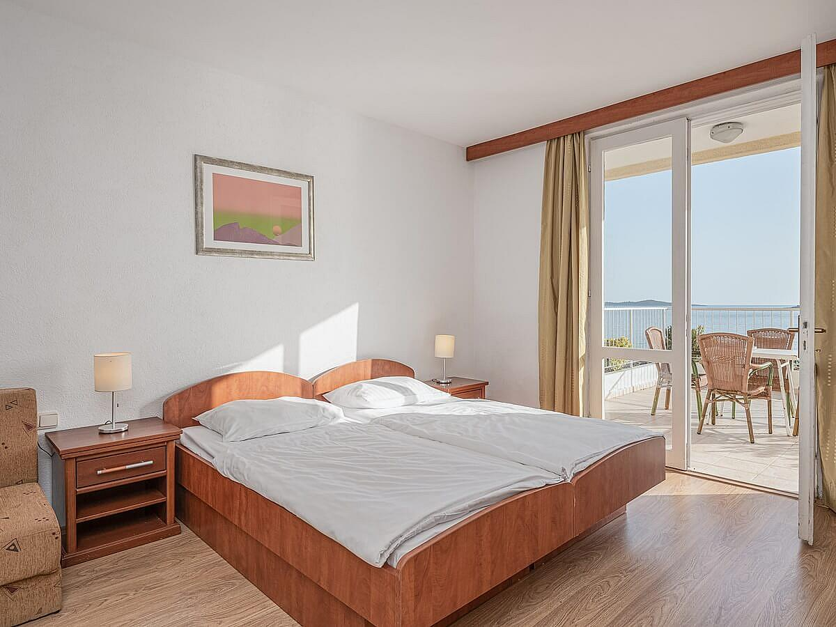 Double room with 1 extra bed sea side with balcony, bed & breakfast