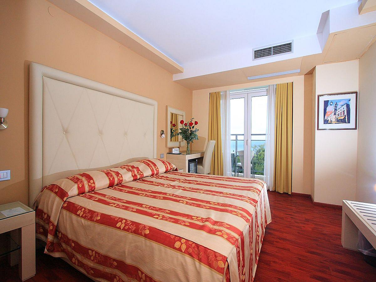 Double room sea side with balcony and half board - single use