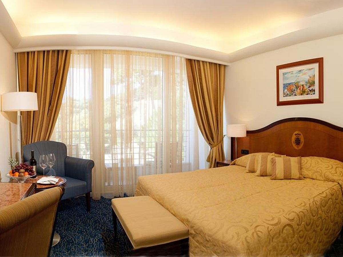 Classic  double room with balcony,bed&breakfast