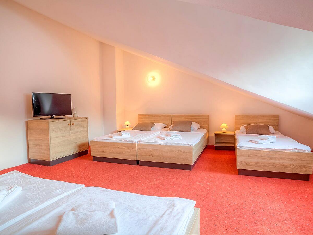 Chambre ŕ trois lits attic + 2 lits supplémentaires