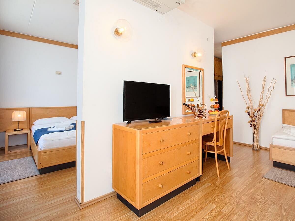 Chambre ŕ trois lits côté mer + 2 lits supplémentaires