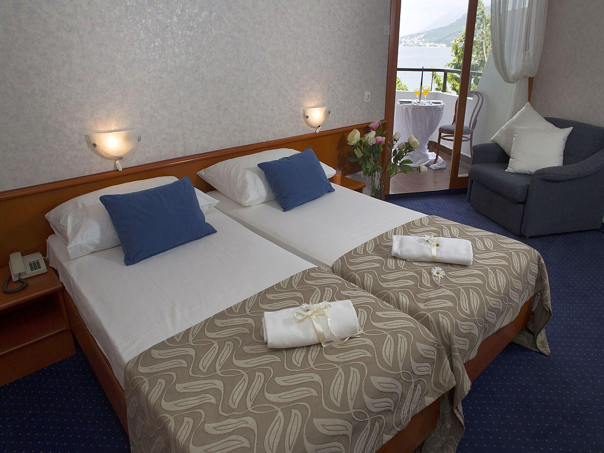 Camera doppia comfort lato mare con balcone, aria condizionata, e mezza pensione
