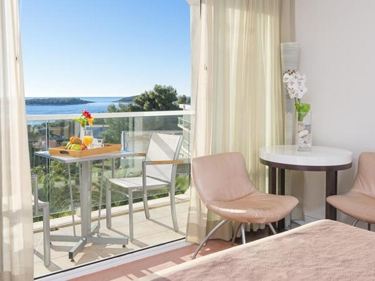 Double room superior, single use, sea view with balcony, bed&breakfast