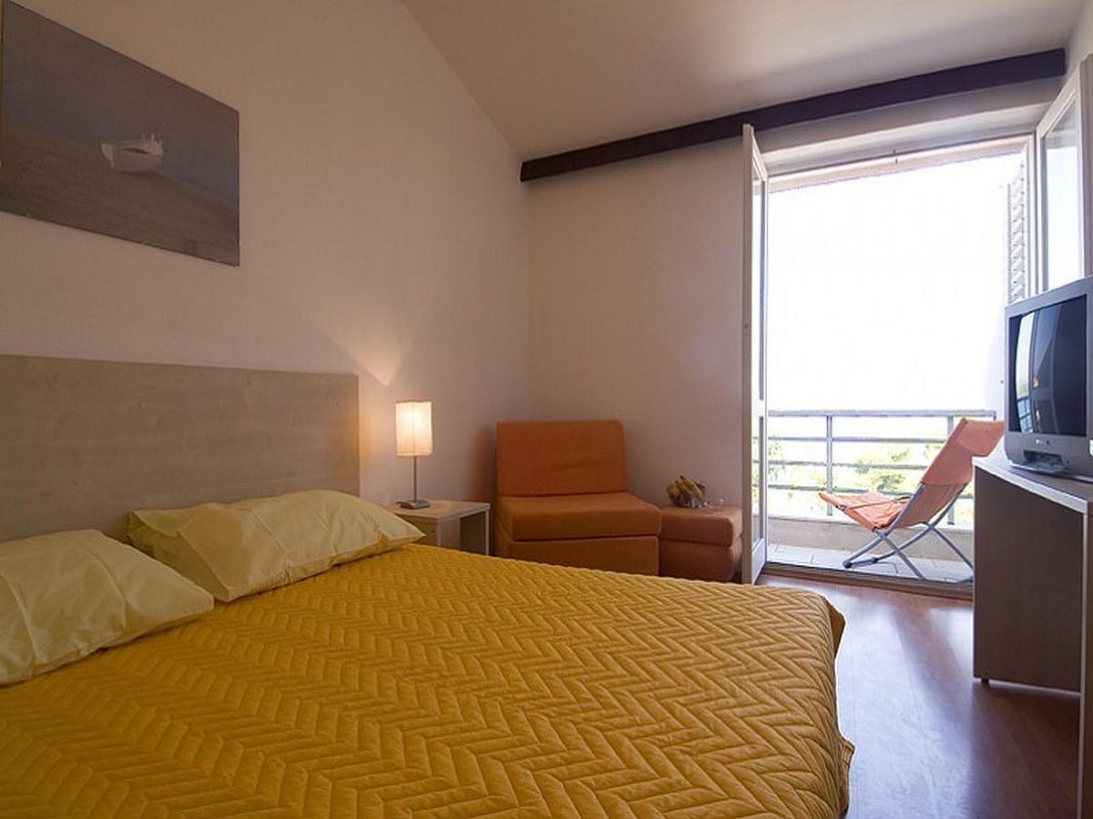 Dvoulůžkový pokoj v přízemí s balkónem, postel a snídaně