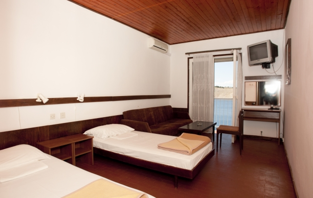 Cameră cu un pat superior cu aer condiţionat şi demipensiune