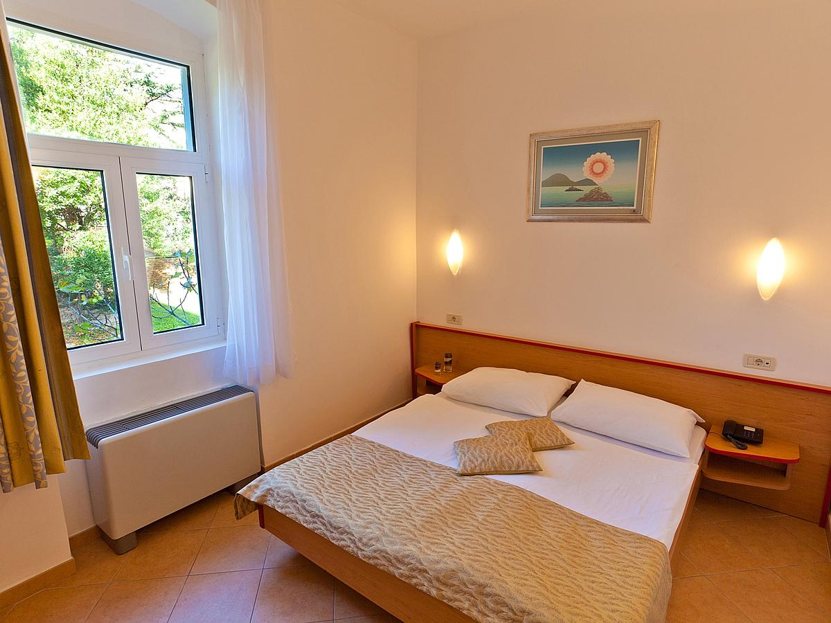 Double room for single use, standard , park side with halfboard