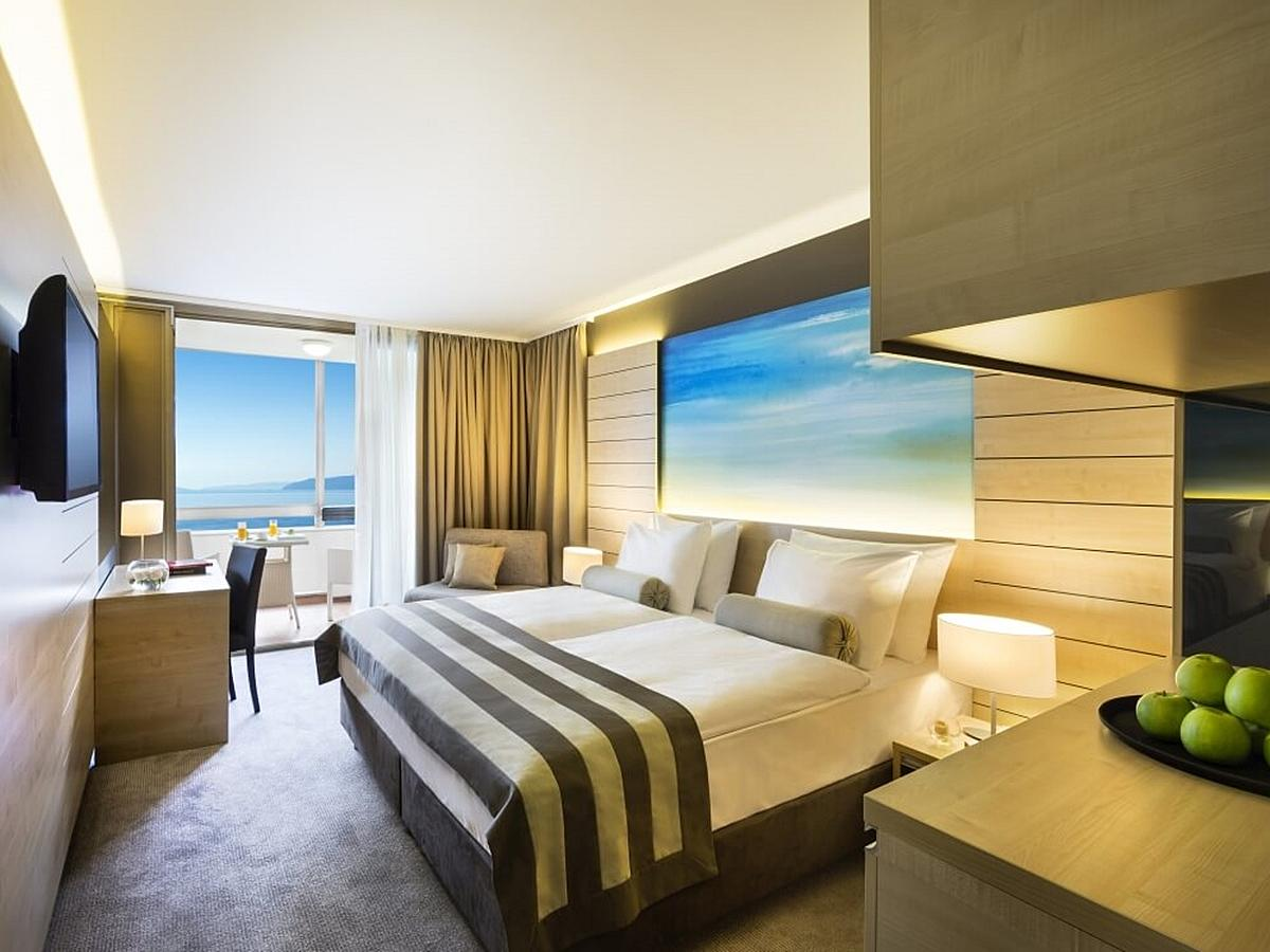 Dvoulůžkový pokoj superior strana k moři s balkónem a polopenzí