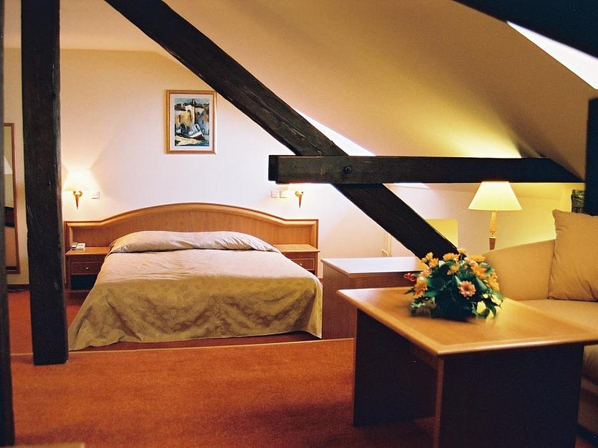 Dvoulůžkový pokoj se 2 přistýlkami - rodinný pokoj v podkroví se snídaní