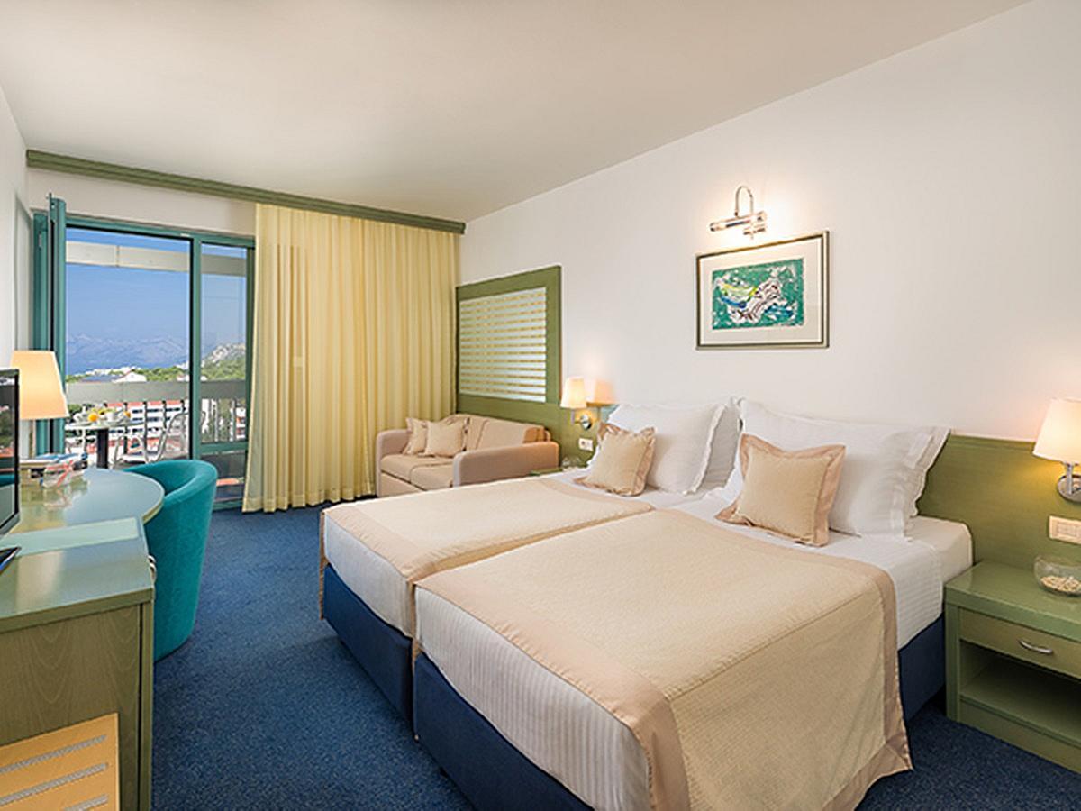 Dvoulůžkový superior pokoj s bočním výhledem na moře, balkon a polopenzí