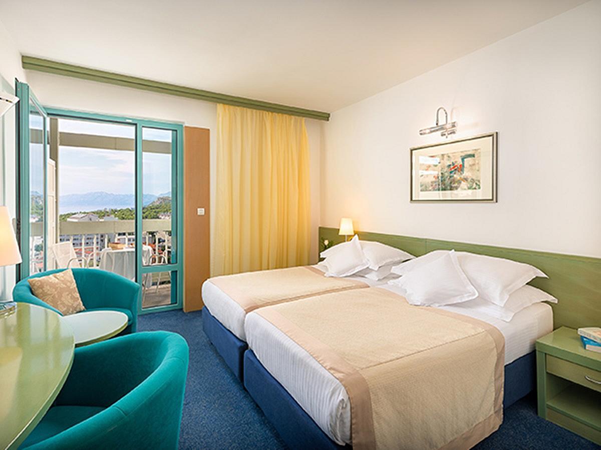 Dvoulůžkový classic pokoj s bočním výhledem na moře, balkon a polopenzí