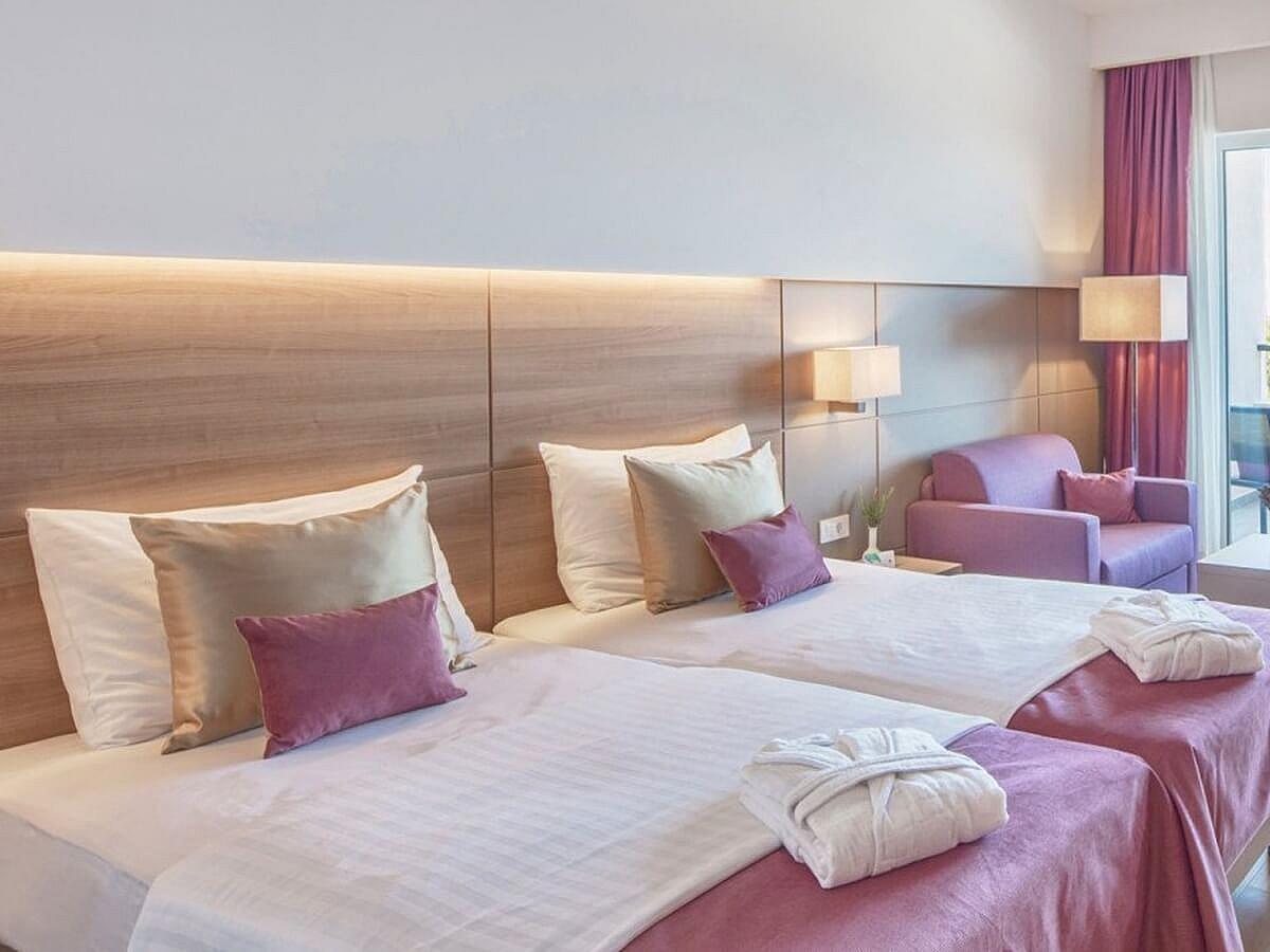 Dvoulůžkový pokoj + přídavné lůžko premium výhled na moře  s balkónem, s polopenzí