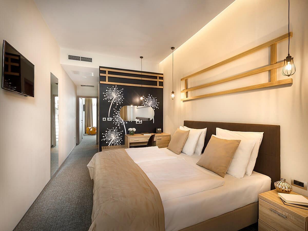 Cameră cu până la două paturi, premium, cu vedere laterala la mare cu balcon şipensiune completă-  Superior