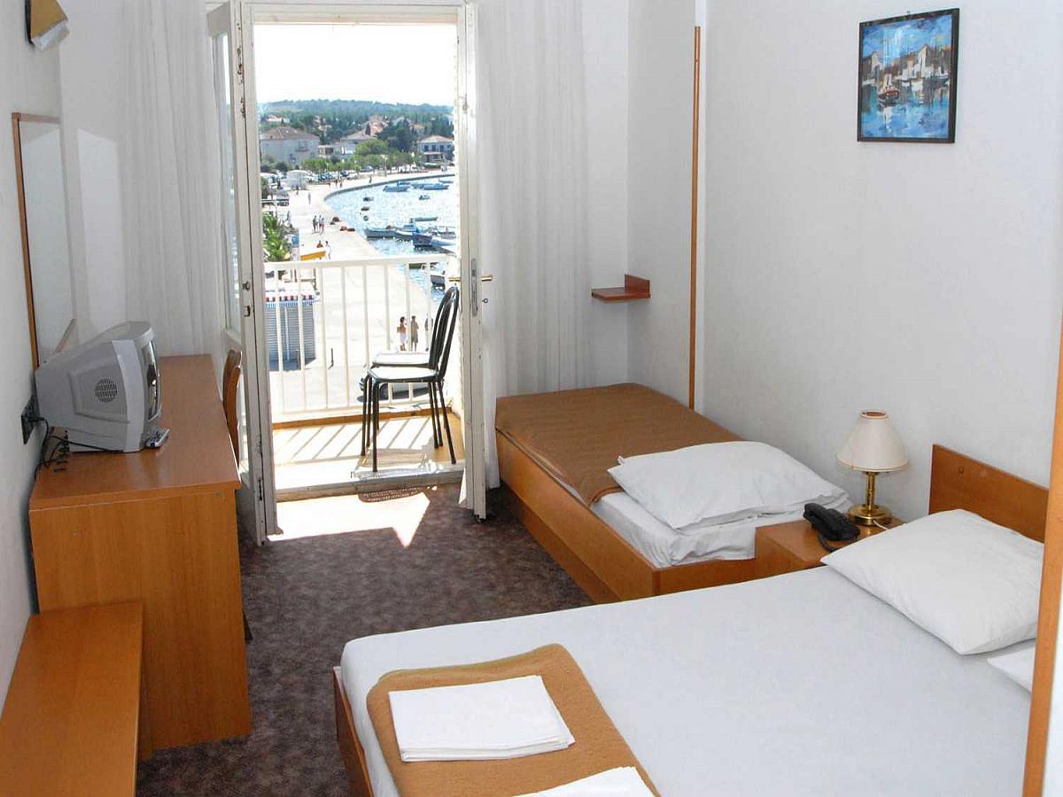 Dvoposteljna soba , pogled na morje, z balkonom in nočitev z zajtrkom