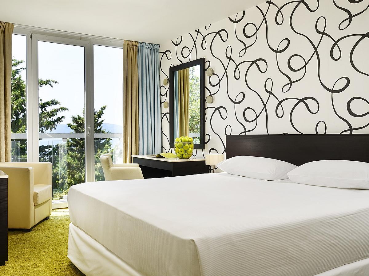 Két kétágyas szoba, ajtóval összekötve, tengerre nezo, szállás és reggeli