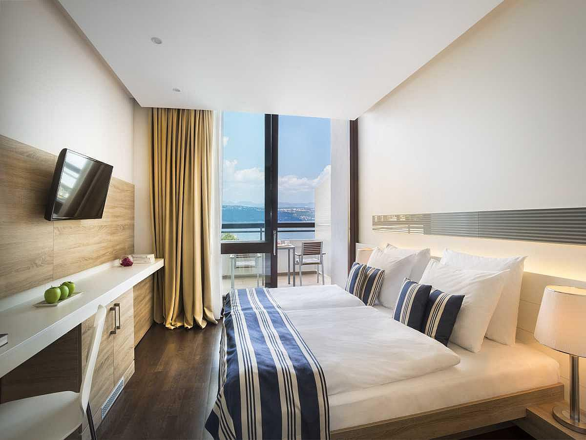 Single room superior sea side with balcony,halfboard