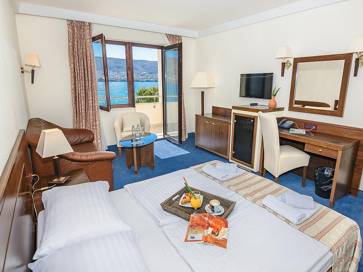 Double family room with 2 help beds, sea view with balcony with bed and breakfast