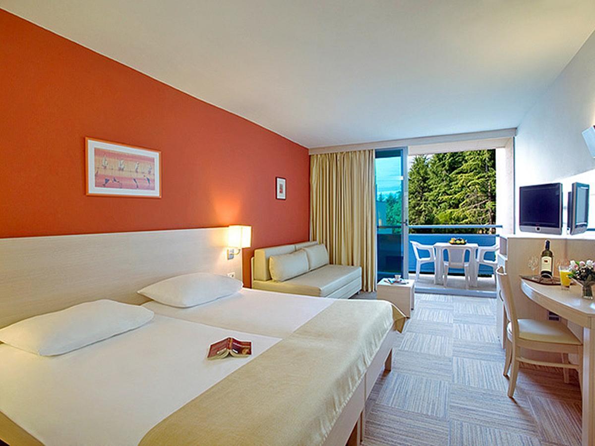 Dvoposteljna soba standard z 2 pomožnima ležiščema v družinski sobi, z balkonom in polpenzionom