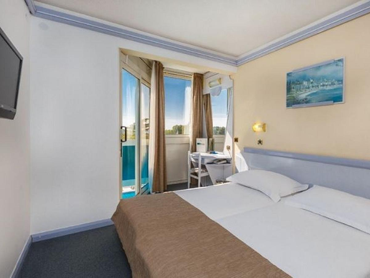 Double room classic sea view with balcony and half board