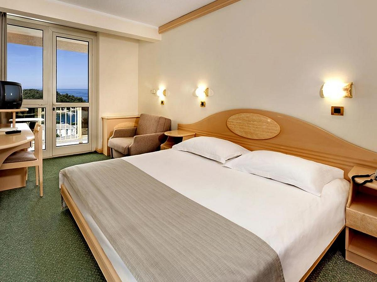Double room classic sea side with balcony and half board