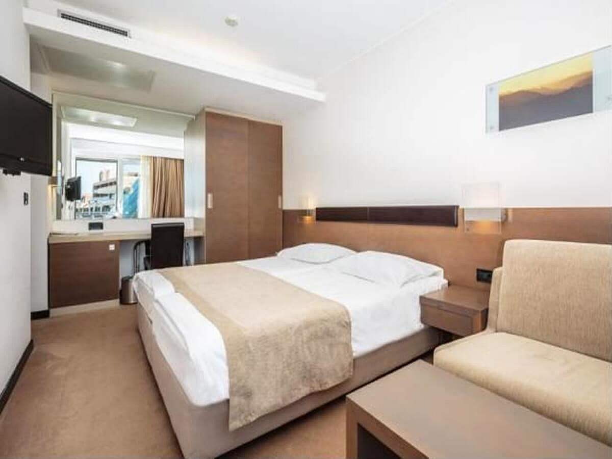 Double room with help bed park side with balcony - Superior