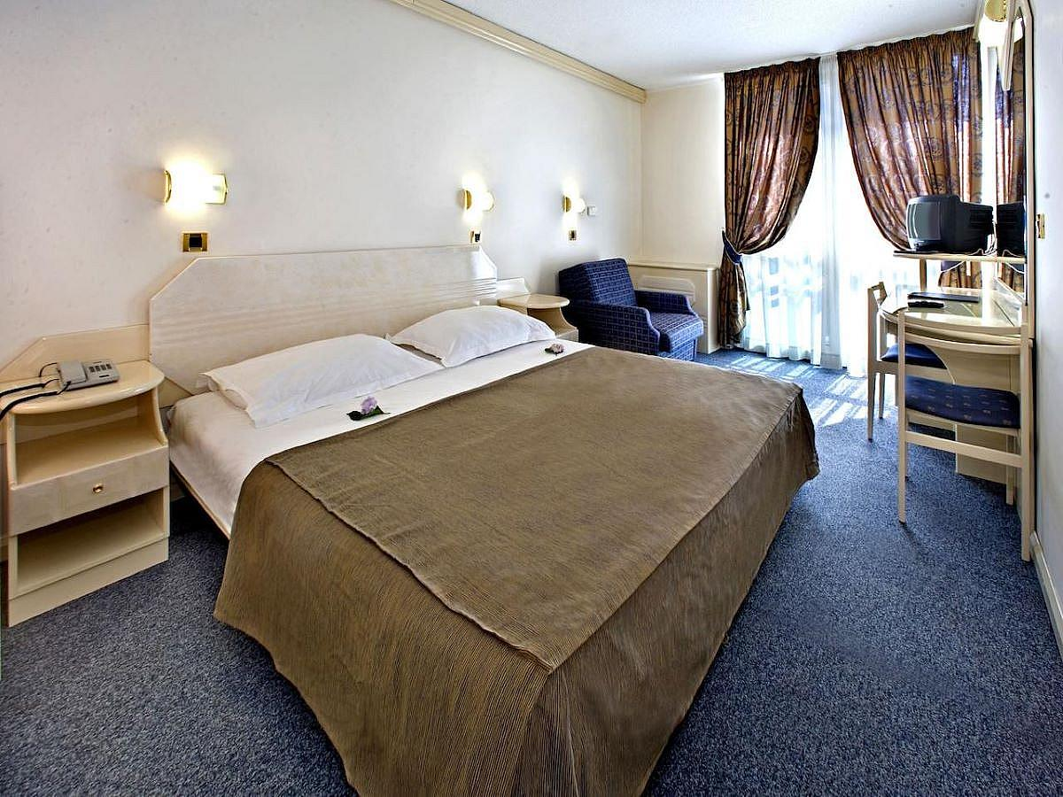 Double room sea side with help bed, balcony and half board - suite