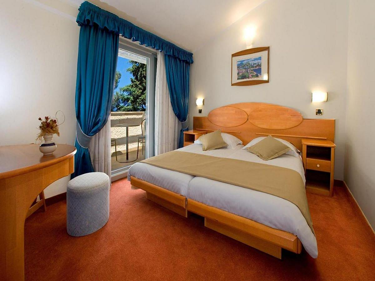 Double room + 2 extra beds sea side with balcony, family,  HB