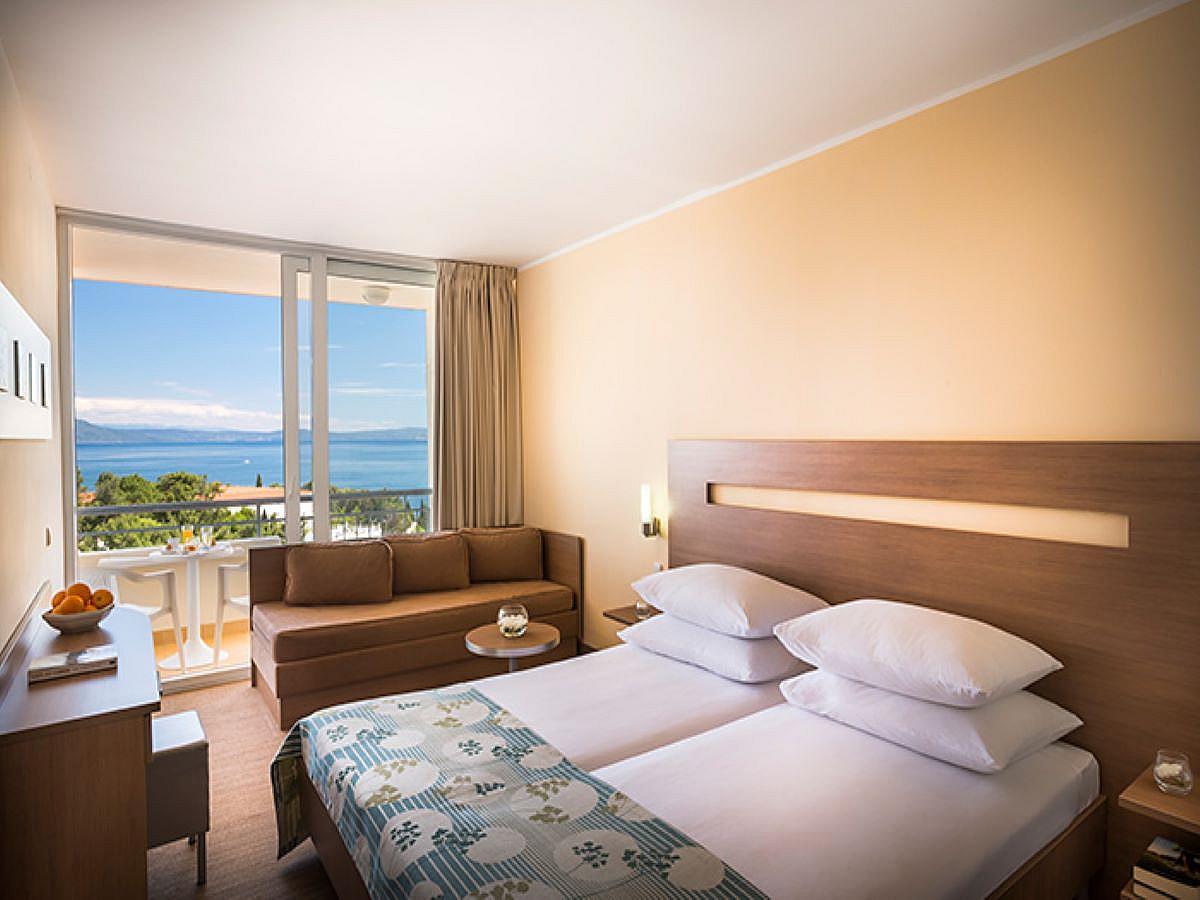 Dvoulůžkový pokoj, superior s přídavným lůžkem, strana k moři s balkónem a polopenzí