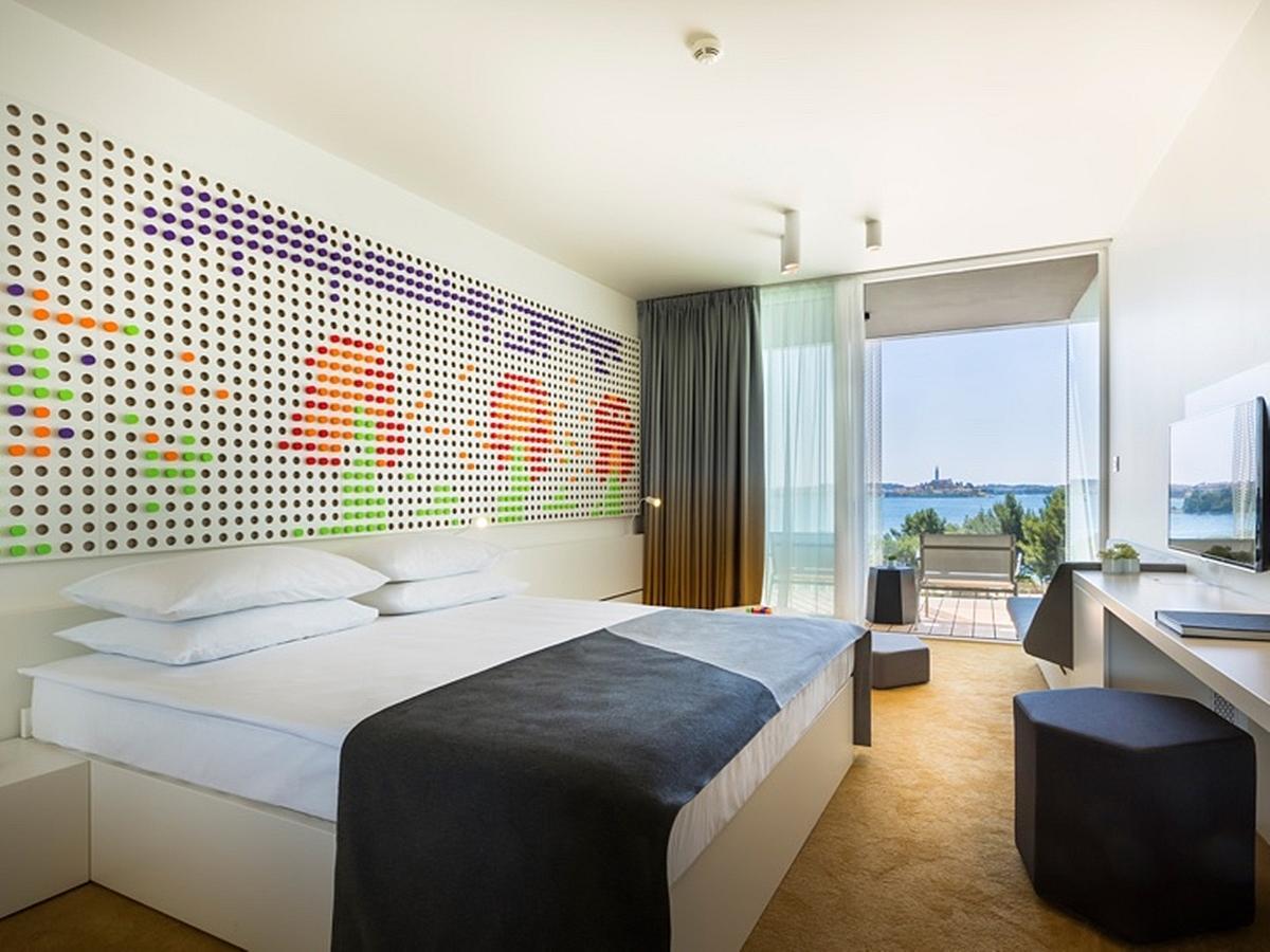 Dvoulůžkový pokoj s přídavným lůžkem, standard strana k moři s balkónem a plná penze