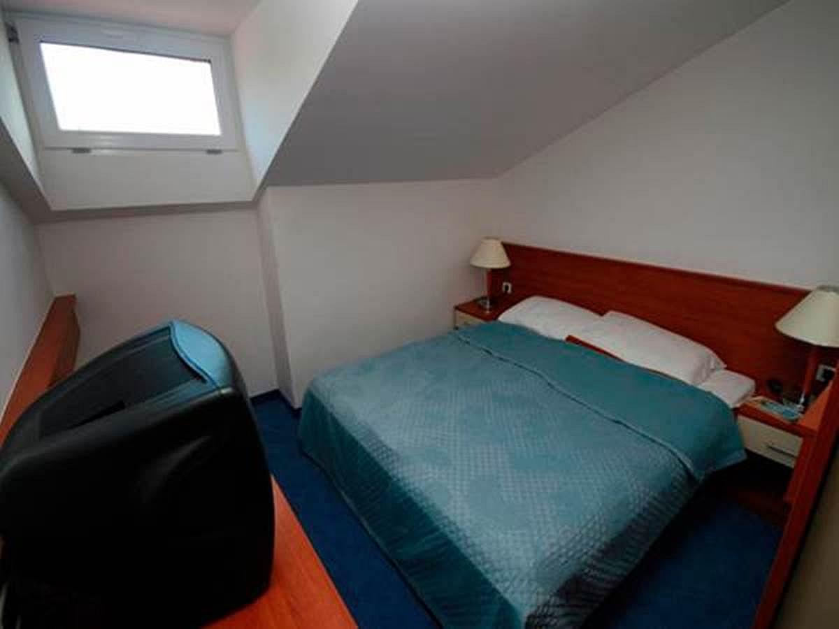 Dvoulůžkový pokoj, který se používá jako jednolůžkový, v podkroví s postel a snídaně