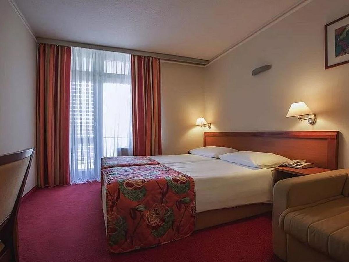 Chambre double avec 2 lits supplémentaires avec balcone et petit-déjeuner