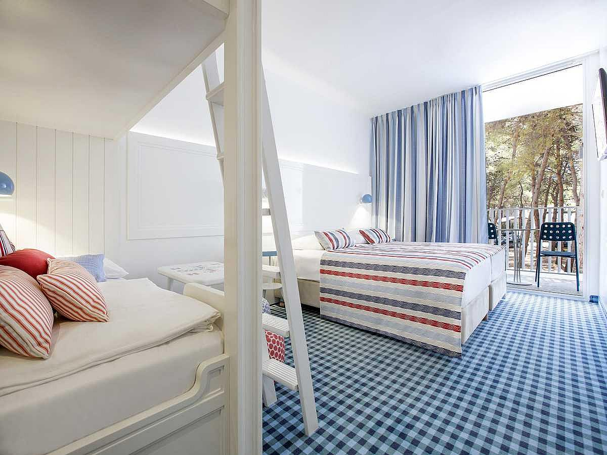 Double room with 2 help beds with french balcony and park view with bed and breakfast