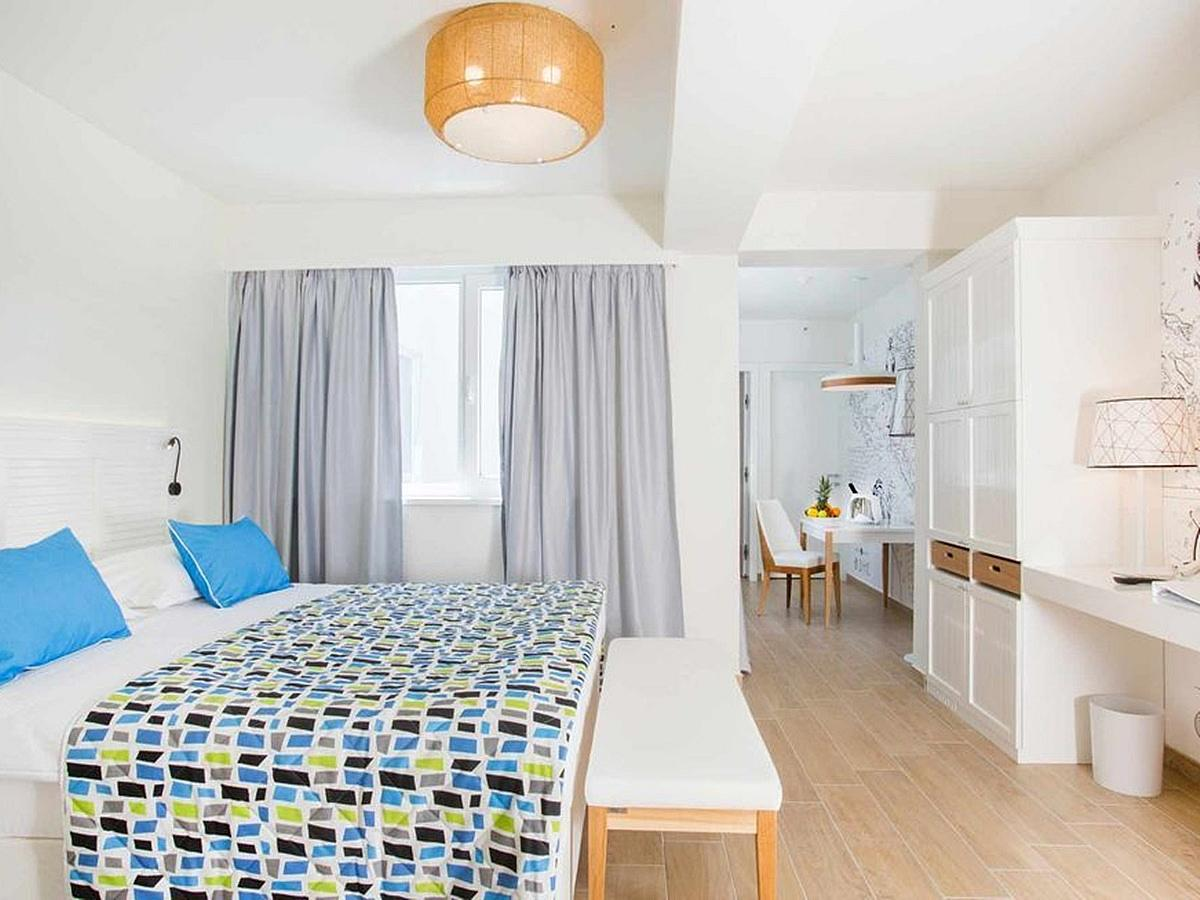 Double room with 2 extra beds with French balcony with courtyard or garden view  and bed and breakfast