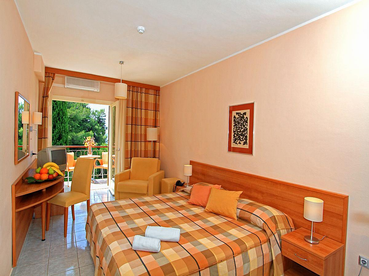 Double room superior sea side with balcony and half board