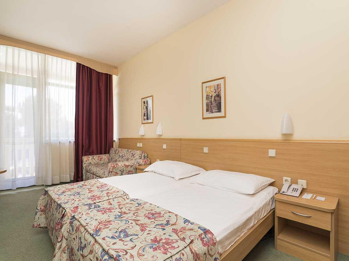 Double room, premium sea side with balcony and half board