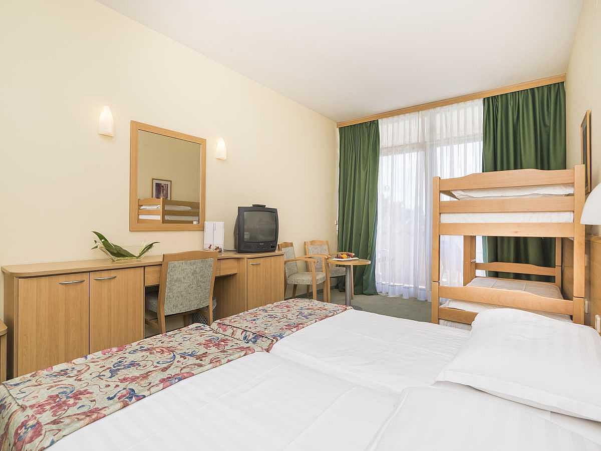 Doppelzimmer mit 2 Zusatzbetten und Balkon mit Halbpension