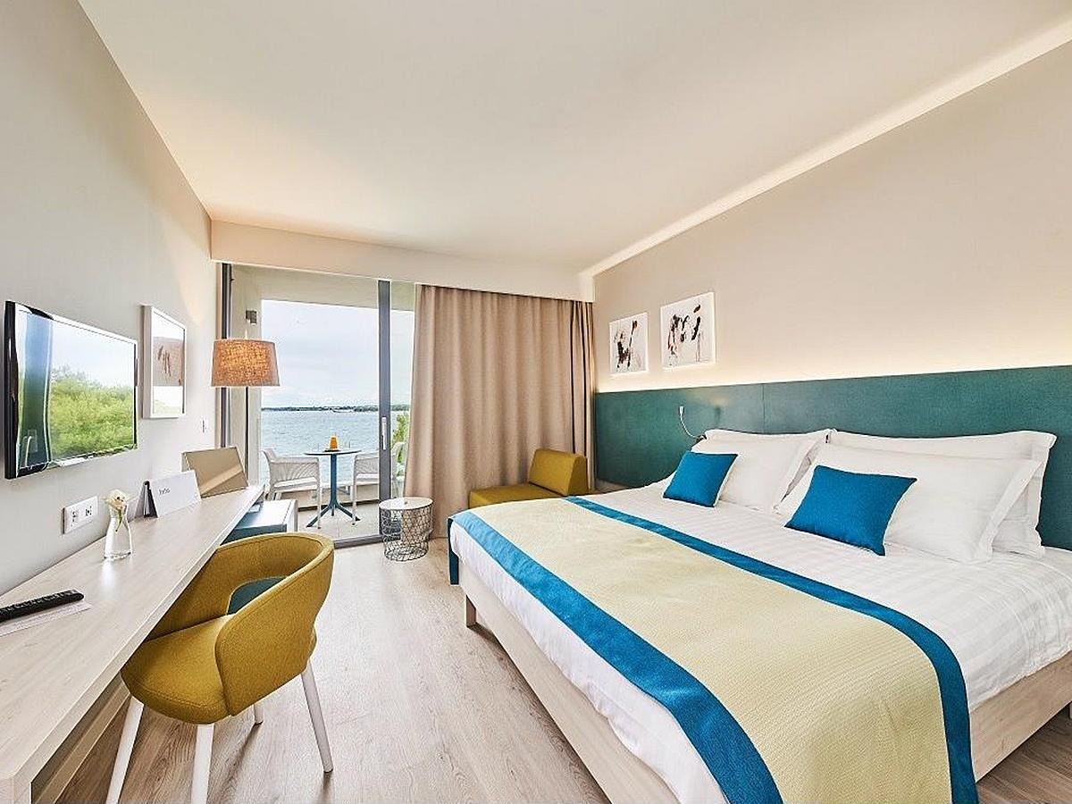 Double room with help bed premium, sea view with balcony and half board