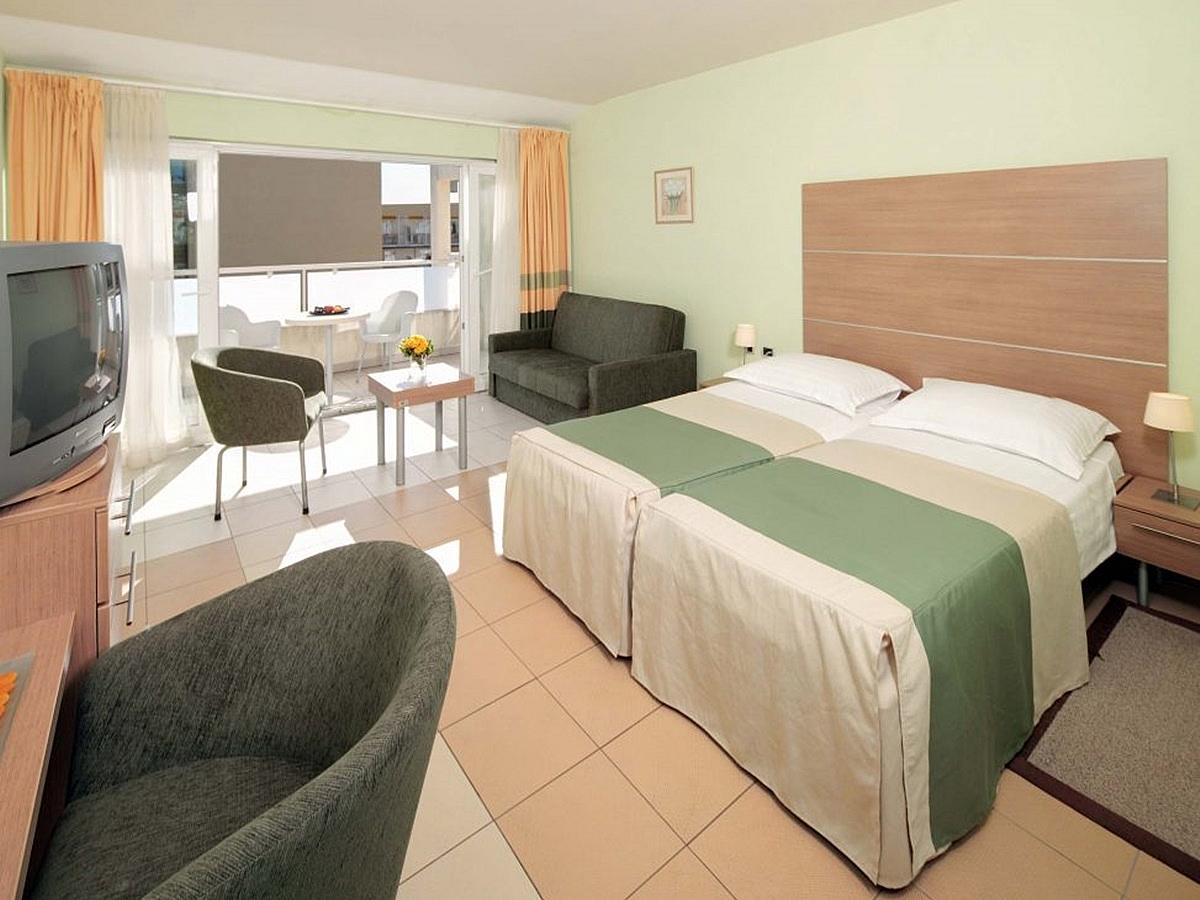 Double room with extra bed, premium, pool side with balcony and half board