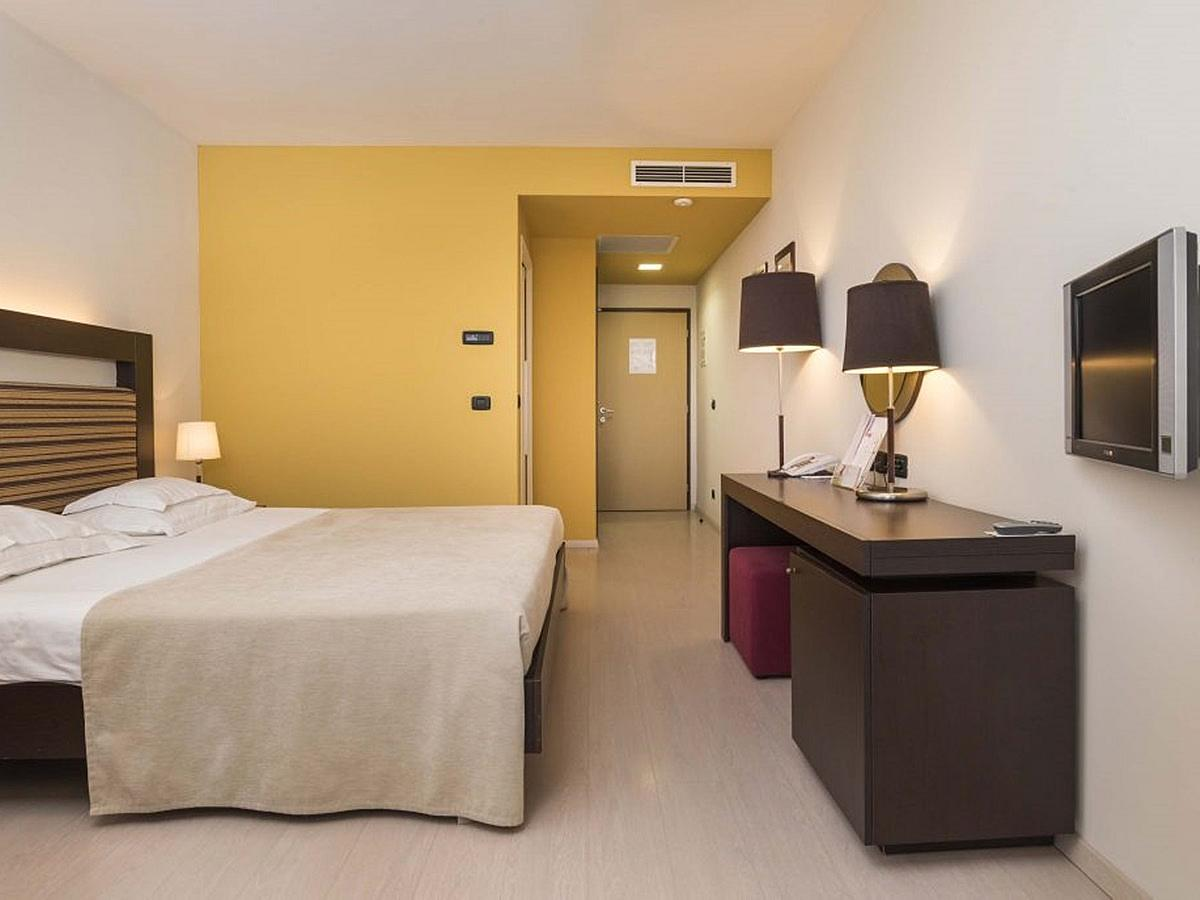 Double room park side classic with balcony, extra bed and half board