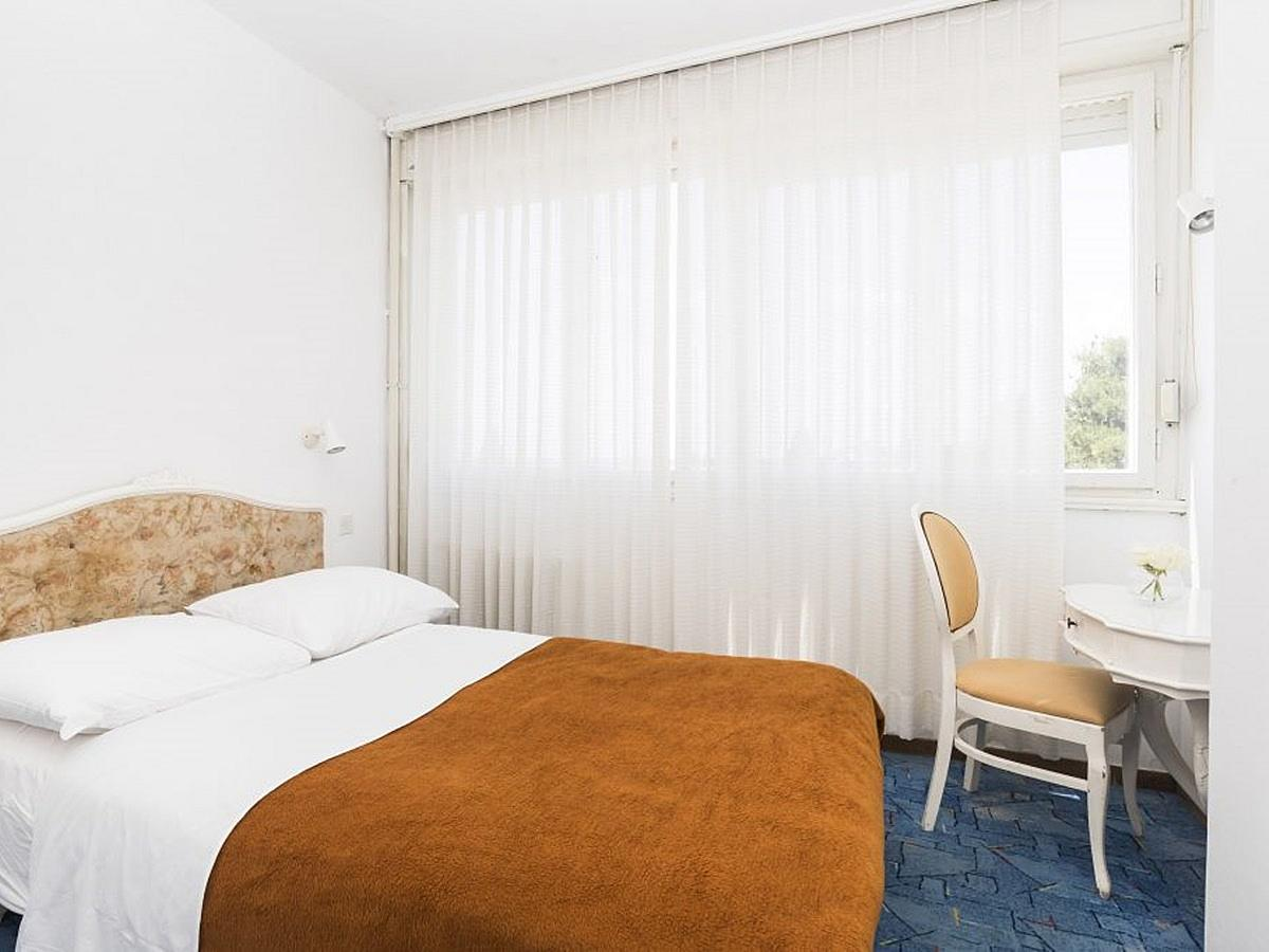 Single room park side french bed halfboard service