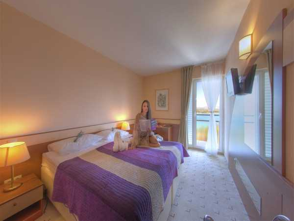 Double room with help bed, sea side and half board