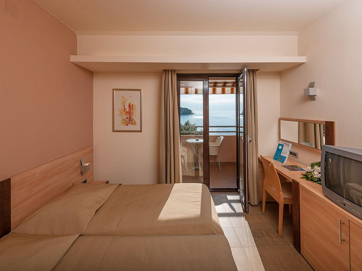 Double room standard with balcony, bed and breakfast