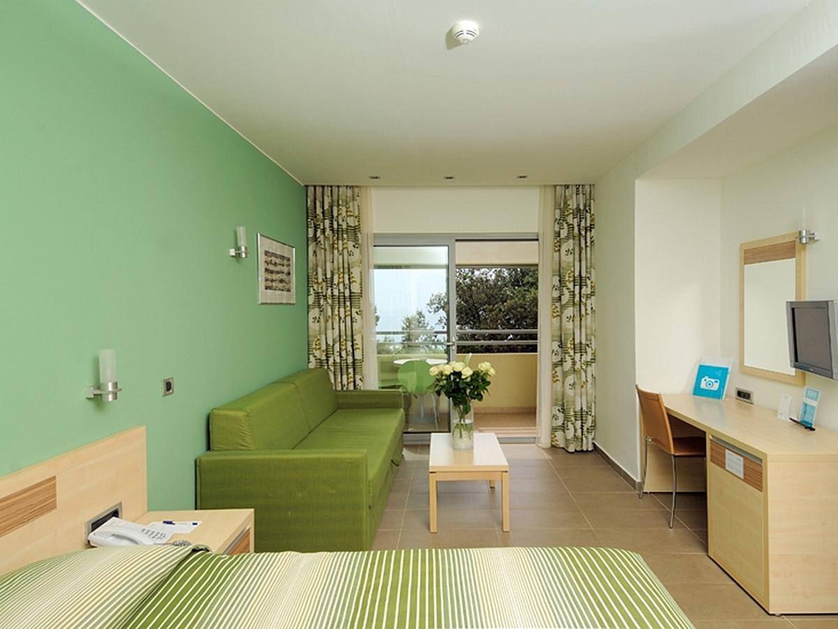 Double room premium sea side with extra bed, balcony, bed and breakfast