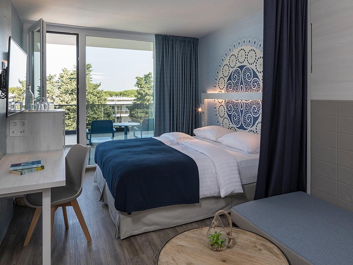 Camera doppia con 2 letti aggiunti, lato mare con balcone-camera familiare comfort con mezza pensione