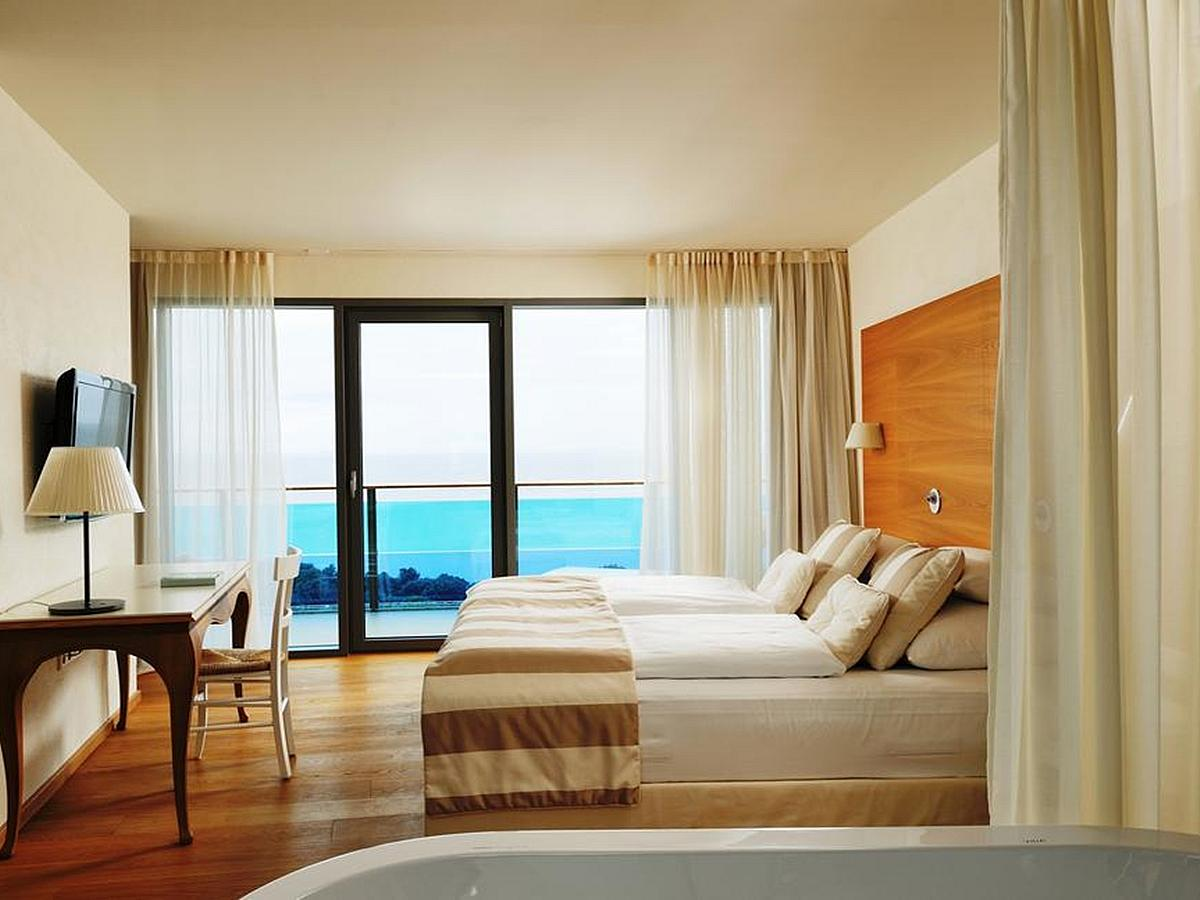 Double room with 2 help beds sea side - senior suite with overnight and breakfast