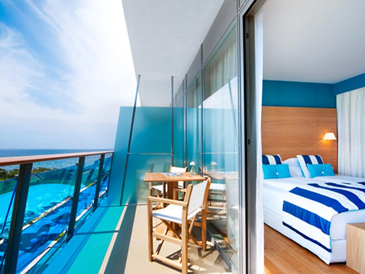 Deluxe double room with balcony, sea side, bed and breakfast